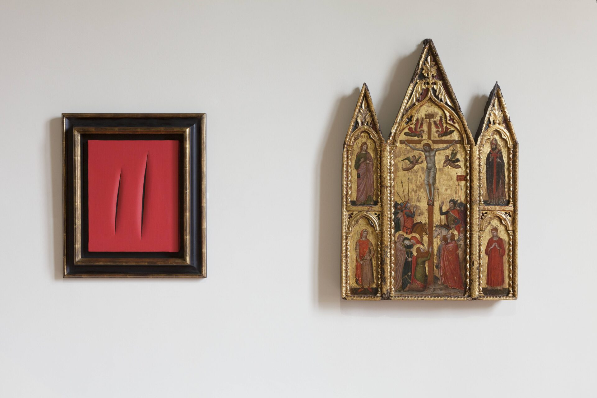From the left, Lucio Fontana, Spatial Concept. Waiting, 1964 – 1965. On the right, Triptych Crucifixion: St. James and St. Rusticus (left); St. Augustine and St. Lawrence (right); Stars and floral motifs (on the back), Secondo Maestro di San Zeno.